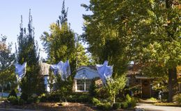 装饰美国郊区家的三个鬼魂为万圣夜 库存图片
