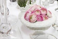 装饰羽扇豆表花瓶婚礼 桃红色毛茛属(波斯毛茛) 库存图片