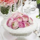 装饰羽扇豆表花瓶婚礼 桃红色毛茛属(波斯毛茛) 库存照片