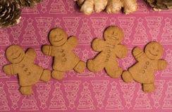 装饰背景的圣诞节微笑的姜饼人 免版税库存图片