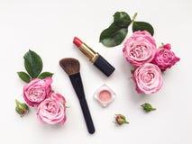 装饰舱内甲板放置与化妆用品和花的构成 在空白背景的顶视图 免版税库存照片