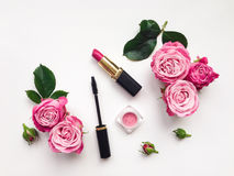 装饰舱内甲板放置与化妆用品和花的构成 免版税库存图片