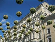 装饰花卉气球在天空中 库存照片
