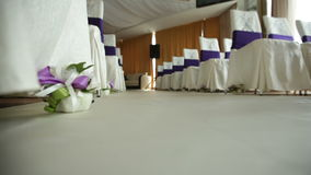 装饰花和椅子在仪式的婚礼大厅里 影视素材