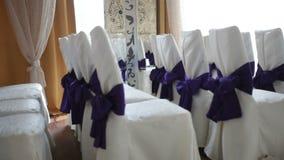 装饰花和椅子在仪式的婚礼大厅里 股票视频