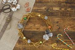 装饰花圈装饰在金子下 手工制造装饰的新年假日 免版税库存图片