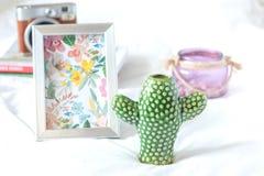 装饰花瓶和框架 库存照片