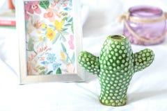装饰花瓶和框架 免版税库存图片
