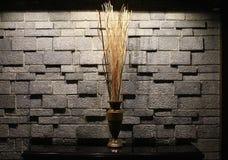 装饰花瓶对墙壁 免版税库存照片