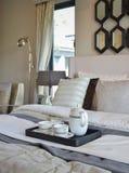 装饰茶杯在现代卧室内部的黑盘子设置了 库存照片
