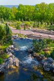 装饰落下的瀑布,通过在两座小桥梁以下和流动入湖 库存图片