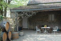 装饰葡萄酒桶、露台和庭院设计 免版税库存照片