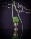 装饰蛋杯用elegante复活节彩蛋和杨柳分支 库存图片