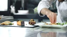 装饰蛋糕的厨师在厨房 做在慢动作的特写镜头厨师点心 股票录像
