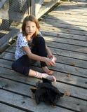 装饰袜子的小女孩 免版税库存照片