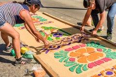 装饰被洗染的锯木屑借了地毯,安提瓜岛,危地马拉 库存图片