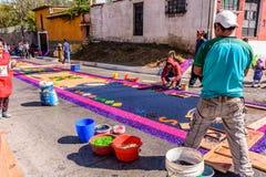 装饰被洗染的锯木屑借了地毯,安提瓜岛,危地马拉 免版税库存照片