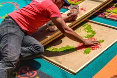 装饰被洗染的锯木屑圣洁星期四地毯,安提瓜岛,危地马拉 图库摄影