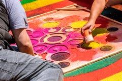 装饰被洗染的锯木屑圣洁星期四地毯,安提瓜岛,危地马拉 免版税库存照片