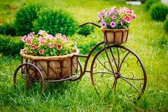 装饰被装备的葡萄酒模型老自行车 免版税库存图片