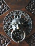 装饰被镀金的狮子头门把手 免版税图库摄影