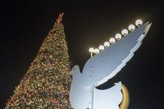 装饰装饰为圣诞节庆祝树和鸽子与Chanukah Menorah在斯代罗特本古理安街道上在海法 免版税库存照片