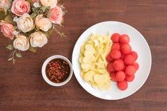 装饰西瓜和芒果在板材 免版税库存照片