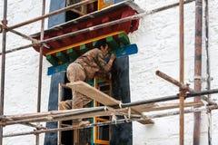 装饰西藏修道院的艺术家油漆在拉萨 图库摄影