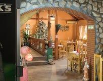 装饰路旁咖啡馆的装饰的室在Sighisoara镇附近在罗马尼亚 库存照片