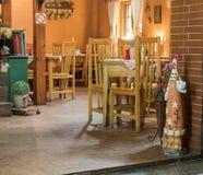 装饰路旁咖啡馆的装饰的室在Sighisoara镇附近在罗马尼亚 库存图片