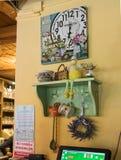 装饰路旁咖啡馆的装饰的室在Sighisoara镇附近在罗马尼亚 免版税库存图片