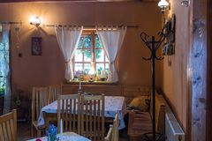 装饰路旁咖啡馆的装饰的室在Sighisoara镇附近在罗马尼亚 免版税图库摄影