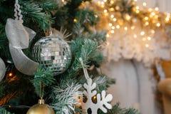 装饰迪斯科球特写镜头 在被弄脏的,闪耀的神仙的背景的装饰的圣诞树 免版税库存图片