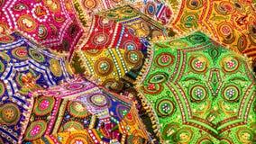 装饰遮阳伞一个五颜六色的场面在印度,有充满活力的颜色和传统样式的 库存照片