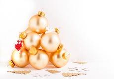 从装饰金玻璃球的圣诞树 库存图片