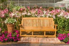 装饰长凳在庭院里 库存照片