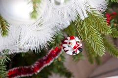 装饰闪亮金属片和球在圣诞树 免版税库存图片