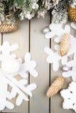 装饰雪花、圣诞树和锥体在木背景 看板卡圣诞节问候 复制空间 顶视图 平的位置 免版税库存图片