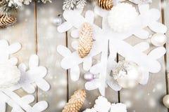装饰雪花、圣诞树和锥体在木背景 看板卡圣诞节问候 复制空间 顶视图 平的位置 库存图片