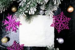 装饰雪花白色和桃红色在黑背景 看板卡圣诞节问候 复制空间 顶视图 库存图片