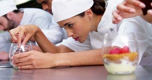装饰食物的厨师队  股票录像