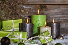 装饰:四绿色和chri的棕色灼烧的出现蜡烛 免版税库存图片