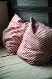 装饰织品自然枕头 免版税库存照片