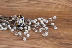 装饰-复活节颜色鸡蛋和棕榈 库存照片