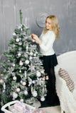 装饰结构树妇女年轻人的圣诞节 免版税库存照片