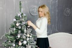 装饰结构树妇女年轻人的圣诞节 图库摄影