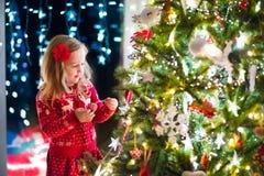 装饰结构树的儿童圣诞节 库存照片
