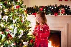 装饰结构树的儿童圣诞节 库存图片
