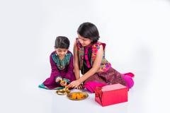 装饰pooja thali的印地安女孩 免版税库存图片