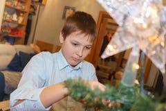 装饰Xmas树的少年 库存图片